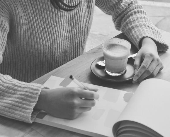 une rédactrice web étudie votre stratégie éditoriale