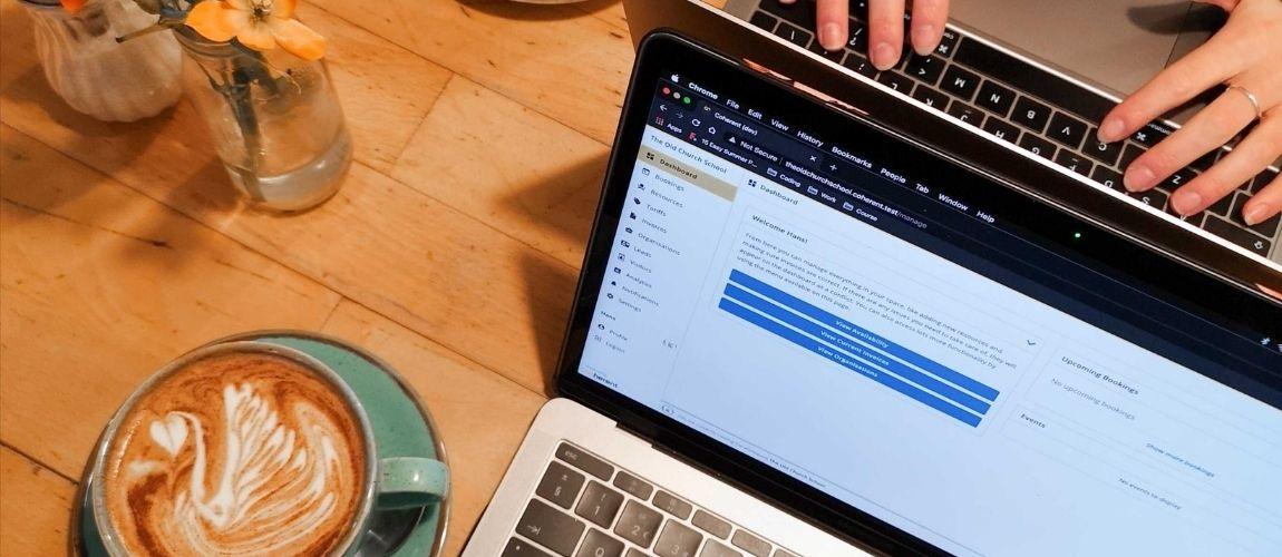 Un ordinateur lors d'une session amélioration du référencement naturel sans blog