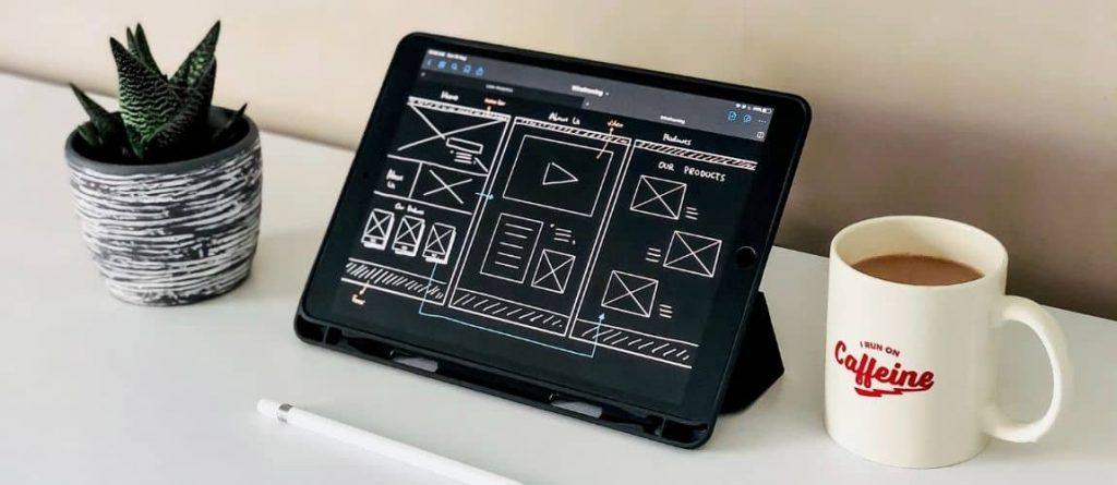 Tablette avec un dessin de wireframes - Création d'un site internet
