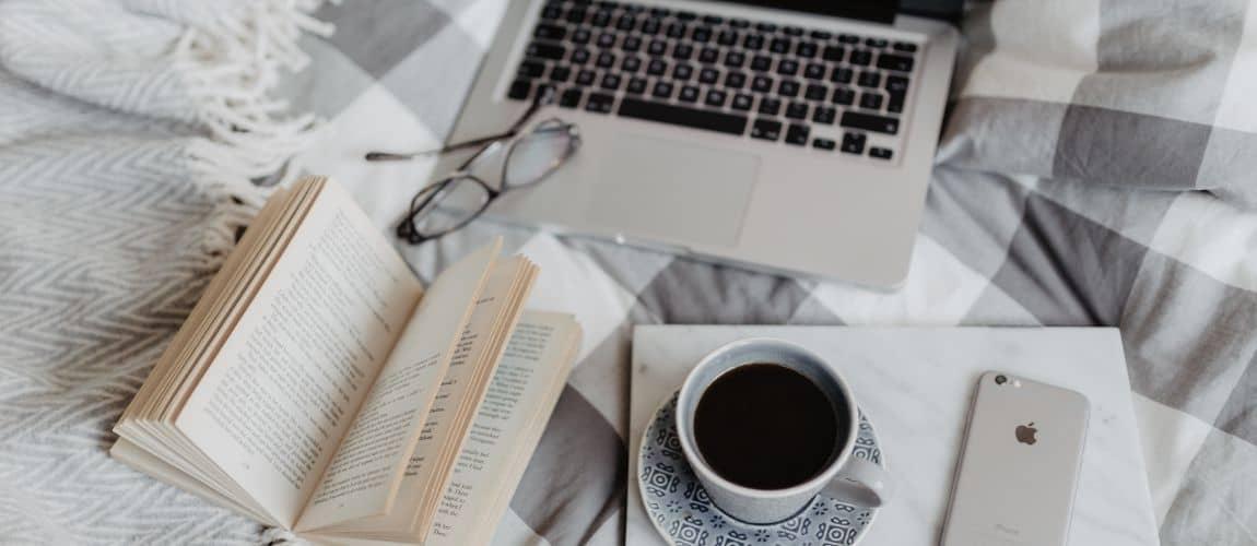 set-up sur un lit pour écrire un article de blog