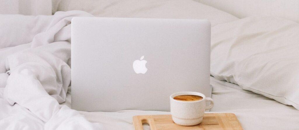 L'ordinateur portable d'une entrepreneure posé sur un lit