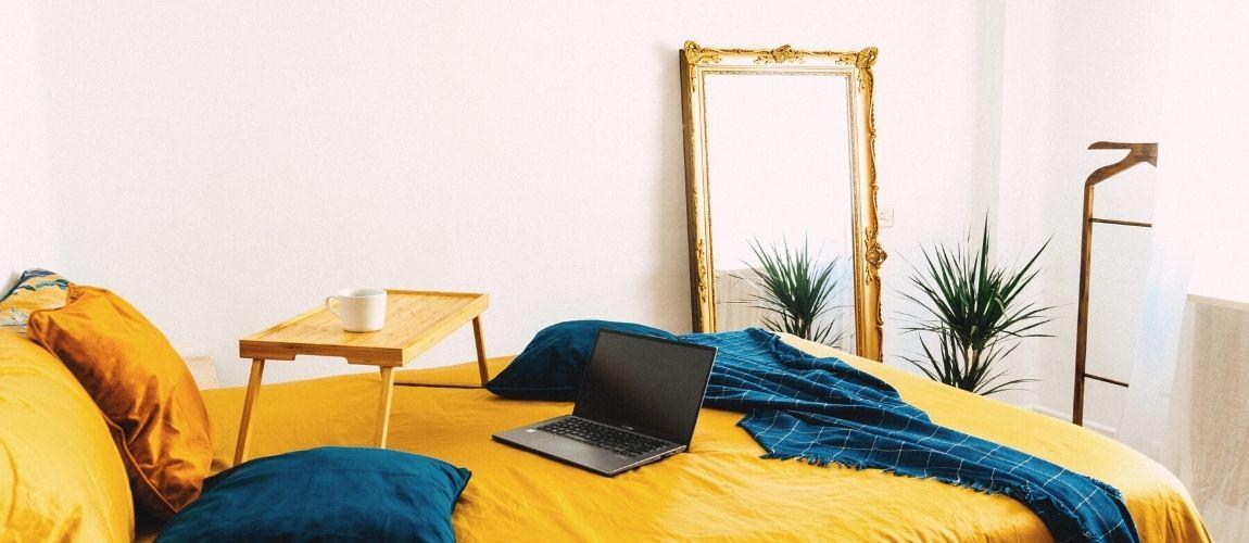 La chambre d'un freelance qui cherche les problèmes qui nuisent au référencement naturel de son site internet